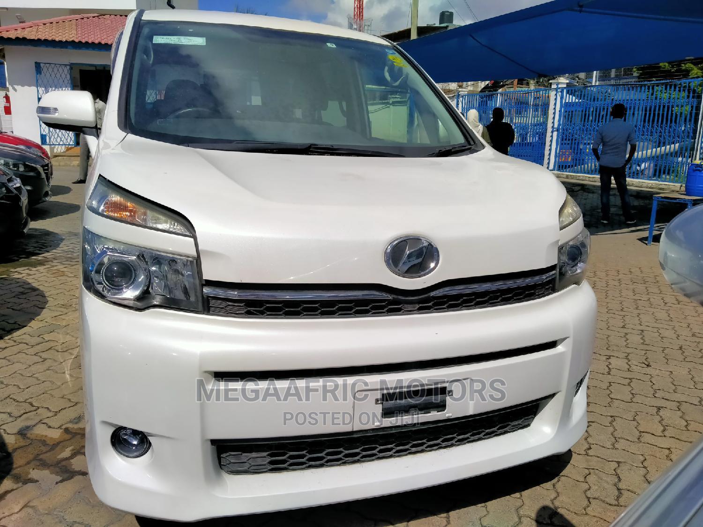 Archive: Toyota Voxy 2014 White