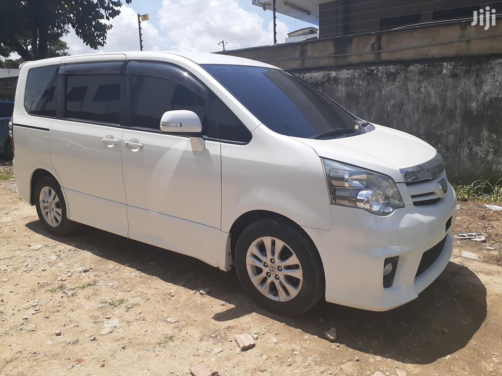 Archive: New Toyota Noah 2012 White