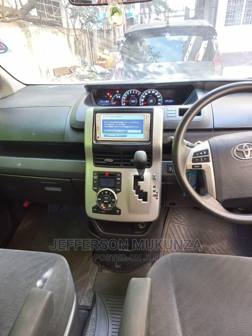 Archive: Toyota Noah 2012 Silver